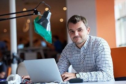 Uśmiechniety mężczyzna przy laptopie