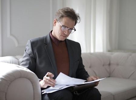 Mężczyzna patrzy w dokumenty