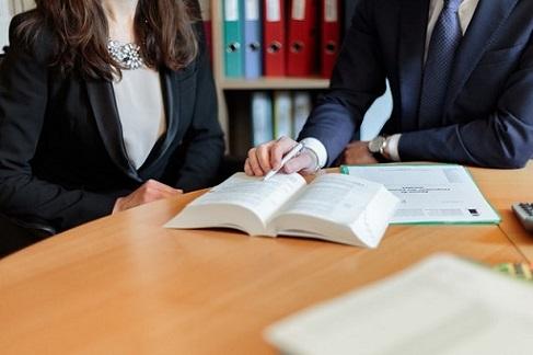 Mężczyzna i kobieta analizują dokumenty